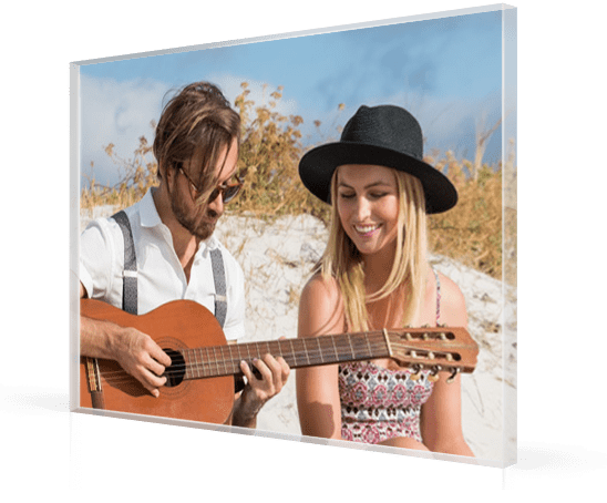 plexiglas-couple-plage-guitare